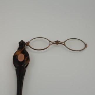 Parmi les instruments de correction optique à port manuel, le lancetier est une des pièces les plus élaborées dans sa fonctionnalité et sa finition. Sa mécanique emprunte aux fermois répandus en bijouterie et en horlogerie de précision. L'ingénieux ressort dissimulé dans le manche déclenche une ouverture violente de l'instrument, ce qui a peut-être inspiré son nom. Le lancetier a été porté par les homme de la fin du 19e siècle, jusqu'aux années 1930.